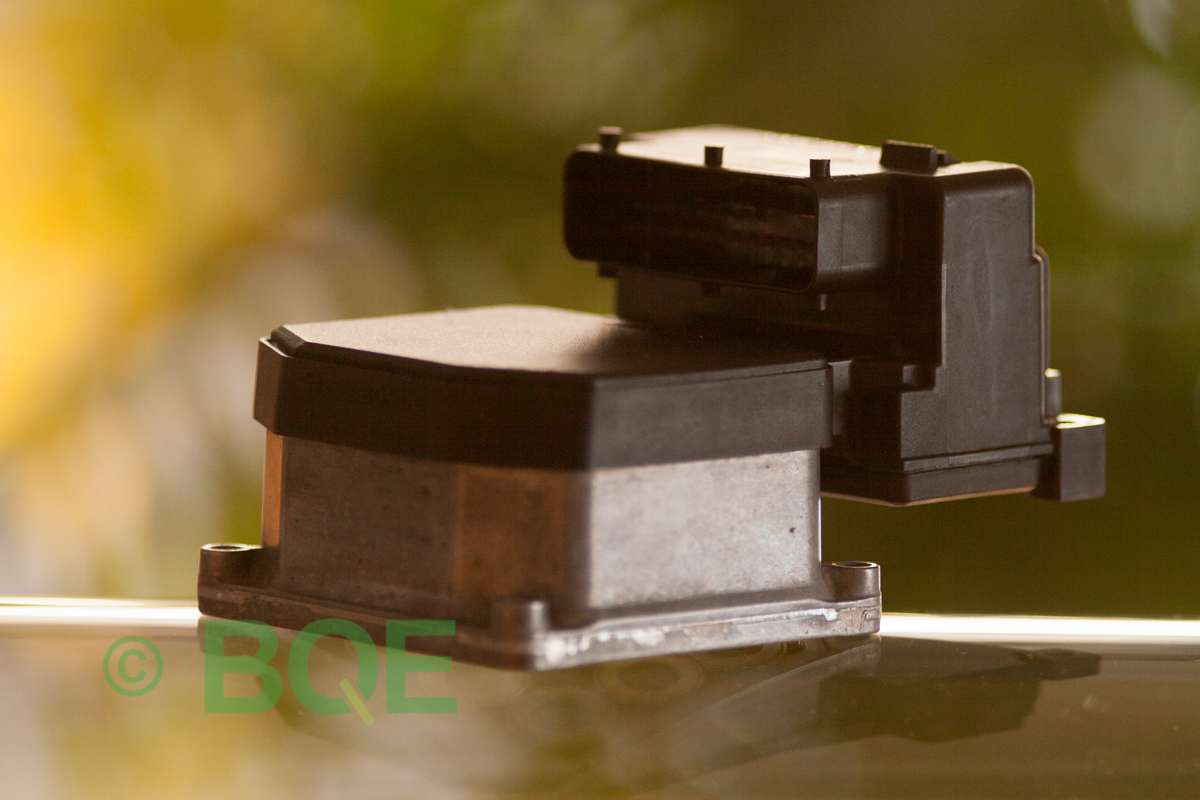 VW ABS Bosch 5.3, ESP, TCS, Styrbox för Passat artikelnummer: 0273004283, 0265220405, 8E0614111B, 8E0998375A, Snett framifrån kontaktsida