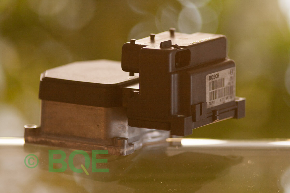 Saab 900, 9-3, 9-5, ABS, TCS, Bosch 5.3, Styrbox, ECU, Artikelnummer: 0273004701, 0265202520, 482605, Felbeskrivning: Ingen kontakt med styrdonet, Vy: Styrbox snett från sidan mot streckkod.