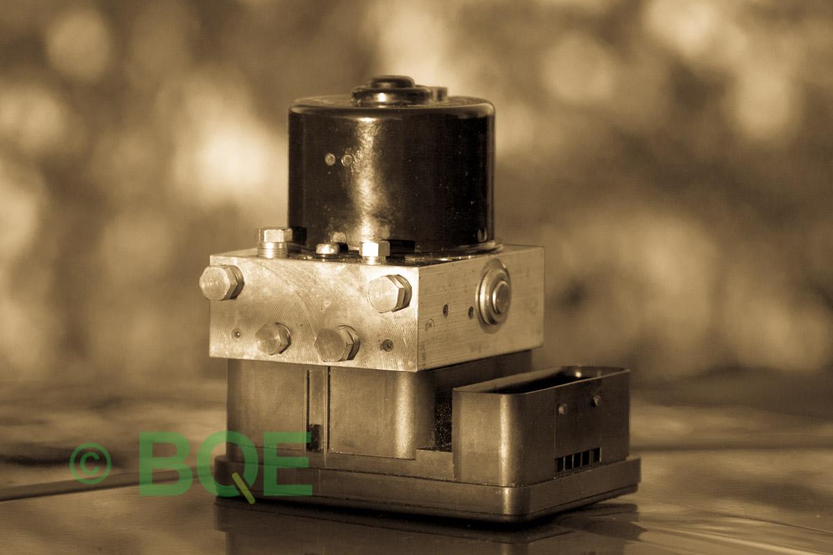 Citroen ABS/ESP ATE Mk60, Artnr: 10096039033, 10020603594, 9665370880, Felkod: C1302 - Bromstryckgivare, C1301 - Bromsljuskontakt, ABS-aggregatet, Vy: snett mot kontakt.