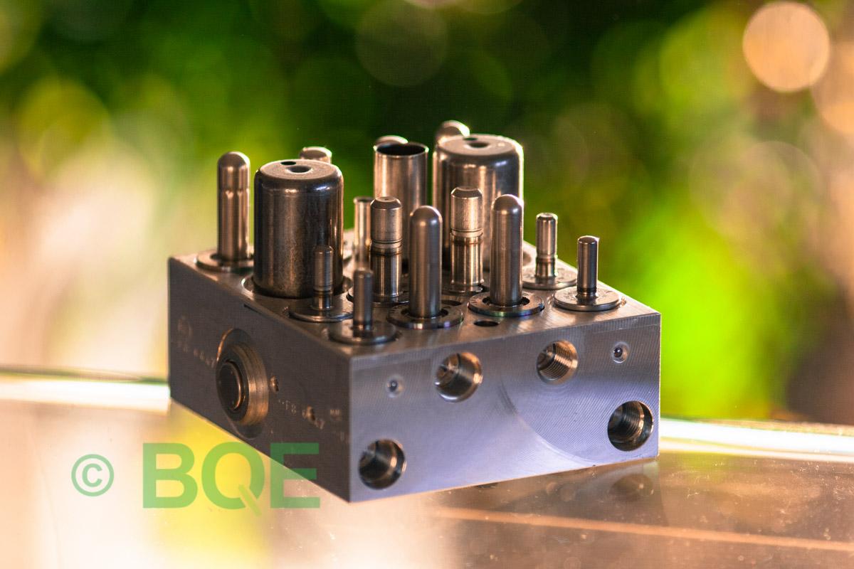 Citroen ABS/ESP ATE Mk60, Artnr: 10096039243, 10020604144, 9666999580, Felkod: C1302 - Bromstryckgivare, C1301 - Bromsljuskontakt, Hydraulblock, Vy: snett mot bromsrörssida