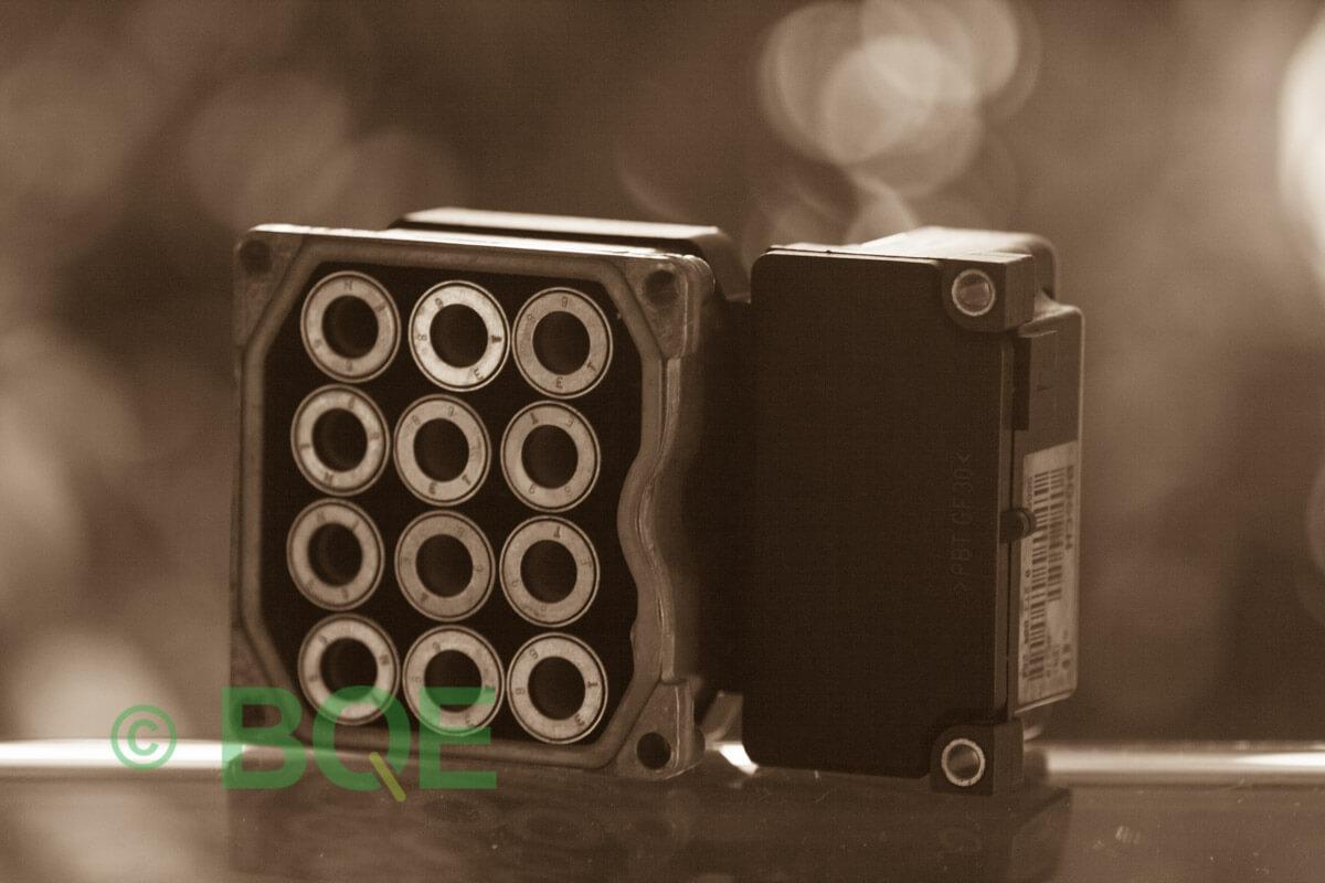 Audi A4, S4, A6, S6, A8, S8, Bosch 5.3, Styrbox, ECU, Artikelnummer: 0273004133, 0265220438, 8E0614111P, Felbeskrivning: Ingen kontakt med styrdonet, Vy: Styrbox solenoid-sida.