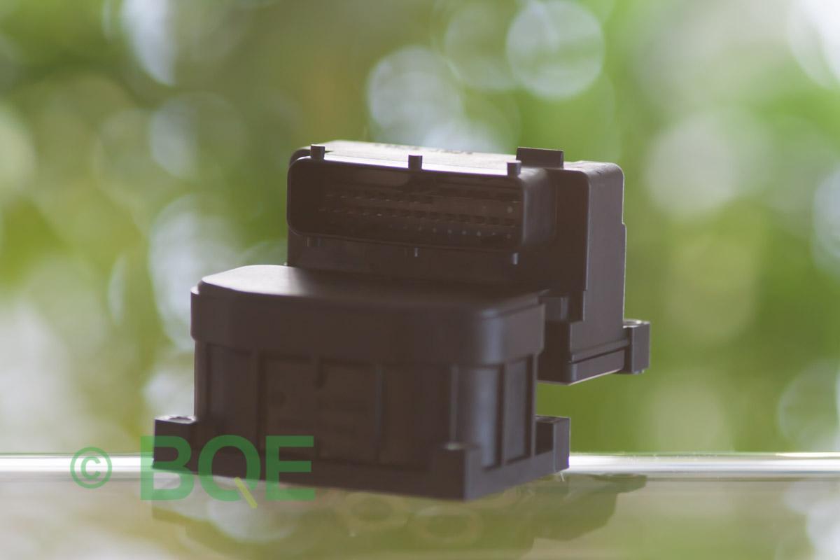 Audi A4, S4, A6, S6, A8 eller S8, Bosch 5.4, Styrbox, ECU, ABS, Artikelnummer: 0273004132, 0265216411, 8E0614111, Felbeskrivning: Ingen kontakt med styrdonet, Vy: Styrbox snett framifrån mot kontakt.