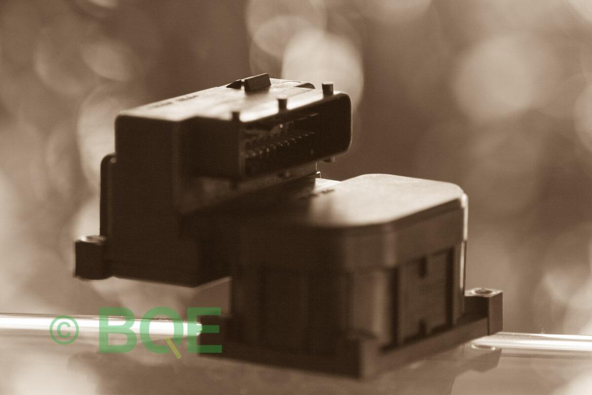 Audi A4, S4, A6, S6, A8 eller S8, Bosch 5.4, Styrbox, ECU, ABS, Artikelnummer: 0273004281, 0265216559, 8E0614111AB, Felbeskrivning: Ingen kontakt med styrdonet, Vy: Styrbox snett framifrån mot kontakt.