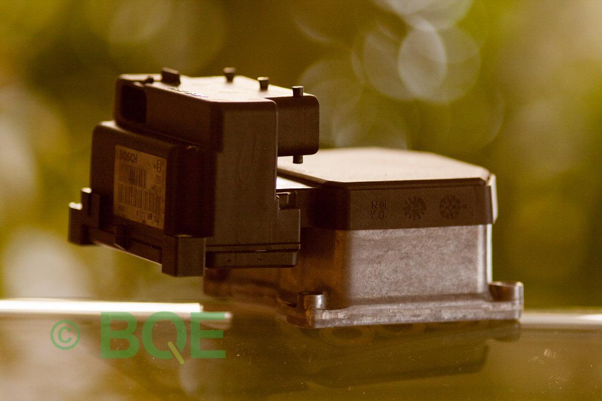 Saab 900, 9-3, 9-5, ABS, TCS, Bosch 5.3, Styrbox, ECU, Artikelnummer: 0273004578, 0265220625, 4909829, Felbeskrivning: Ingen kontakt med styrdonet, Vy: Styrbox snett från sidan mot streckkod.