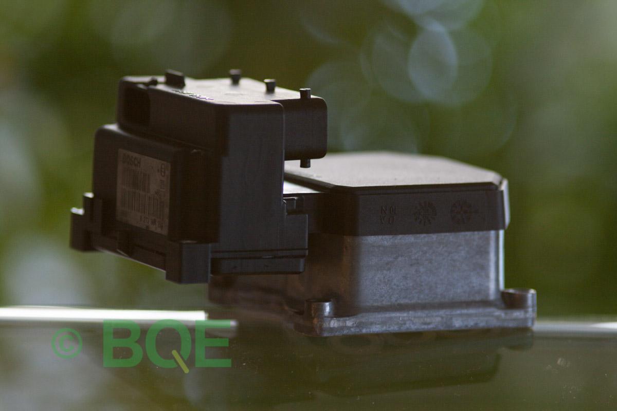 VW Passat, Bosch 5.3, Styrbox, ECU, Artikelnummer: 0273004133, 0265220438, 8E0614111P, Felbeskrivning: Ingen kontakt med styrdonet, Vy: Styrbox snett från sidan mot streckkod.