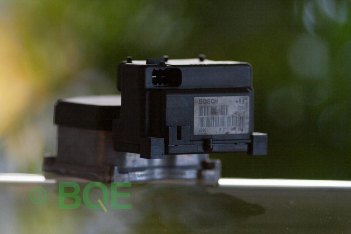 VW Passat, Bosch 5.3, Styrbox, ECU, Artikelnummer: 0273004133, 0265220438, 8E0614111P, Felbeskrivning: Ingen kontakt med styrdonet, Vy: Styrbox, snett bakrifrån mot streckkod.