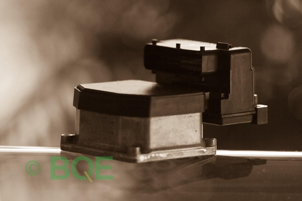 VW Passat, Bosch 5.3, Styrbox, ECU, Artikelnummer: 0273004134, 0265220441, 8E0614111M, Felbeskrivning: Ingen kontakt med styrdonet, Vy: Styrbox snett framifrån mot kontakt.