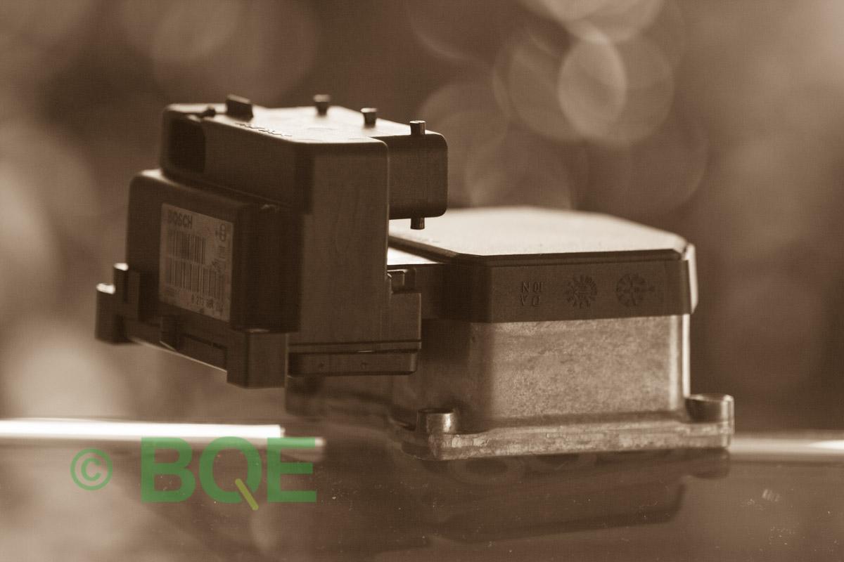 VW Passat, Bosch 5.3, Styrbox, ECU, Artikelnummer: 0273004286, 0265220481, 8E0614111H, Felbeskrivning: Ingen kontakt med styrdonet, Vy: Styrbox snett från sidan mot streckkod.