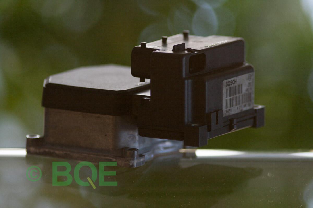 VW Passat, Bosch 5.3, Styrbox, ECU, Artikelnummer: 0273004574, 0265220622, 8E0614111AP, Felbeskrivning: Ingen kontakt med styrdonet, Vy: Styrbox snett från sidan mot streckkod.