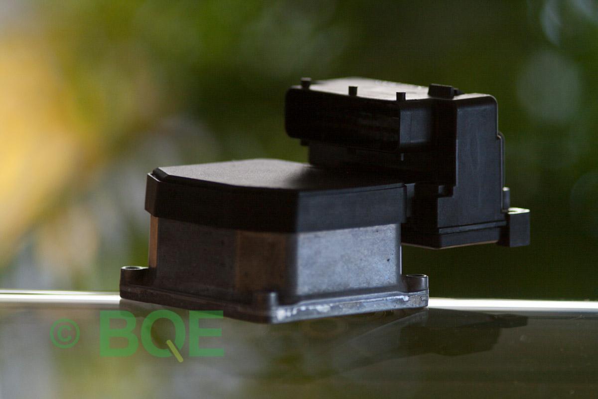 VW Passat, Bosch 5.3, Styrbox, ECU, Artikelnummer: 0273004574, 0265220622, 8E0614111AP, Felbeskrivning: Ingen kontakt med styrdonet, Vy: Styrbox snett framifrån mot kontakt.