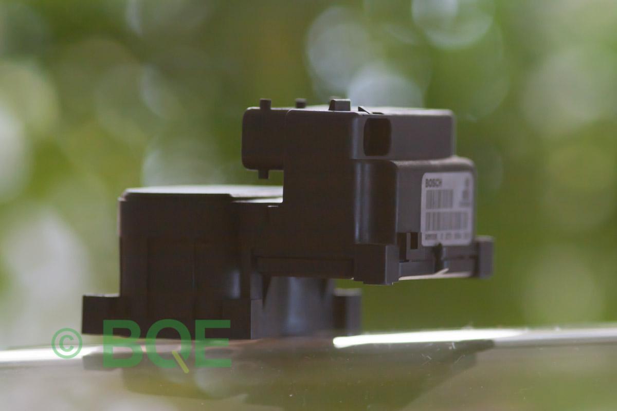 VW Passat, Bosch 5.4, Styrbox, ECU, ABS, Artikelnummer: 0273004132, 0265216411, 8E0614111, Felbeskrivning: Ingen kontakt med styrdonet, Vy: Styrbox, snett bakrifrån mot streckkod.
