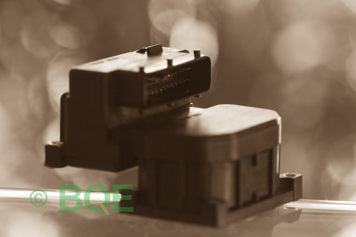 VW Passat, Bosch 5.4, Styrbox, ECU, ABS, Artikelnummer: 0273004281, 0265216559, 8E0614111AB, Felbeskrivning: Ingen kontakt med styrdonet, Vy: Styrbox snett framifrån mot kontakt.