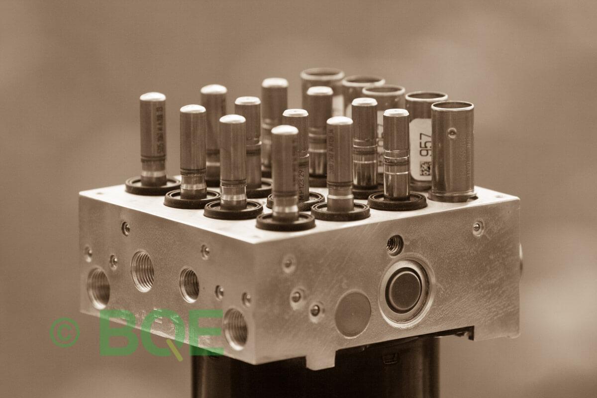 BMW DSC, ABS Ate Mk61, Artnr: 10.0961-0813.3, 10.0613-3238.3, 3452 2283227-01, 10.0212-0012.4, 3451-2283227-01, 10096108133, 10061332383, 3452228322701, 10021200124, 3451228322701, Felkoder: 5DF0 - Felaktig pumpmotor, 5DF1 - Kontaktfel pumpmotor, Fel på tryckgivare, HCU med pumpmotor, Vy: snett ovanfrån mot bromsrörssida/magnetventiler/sensorer.