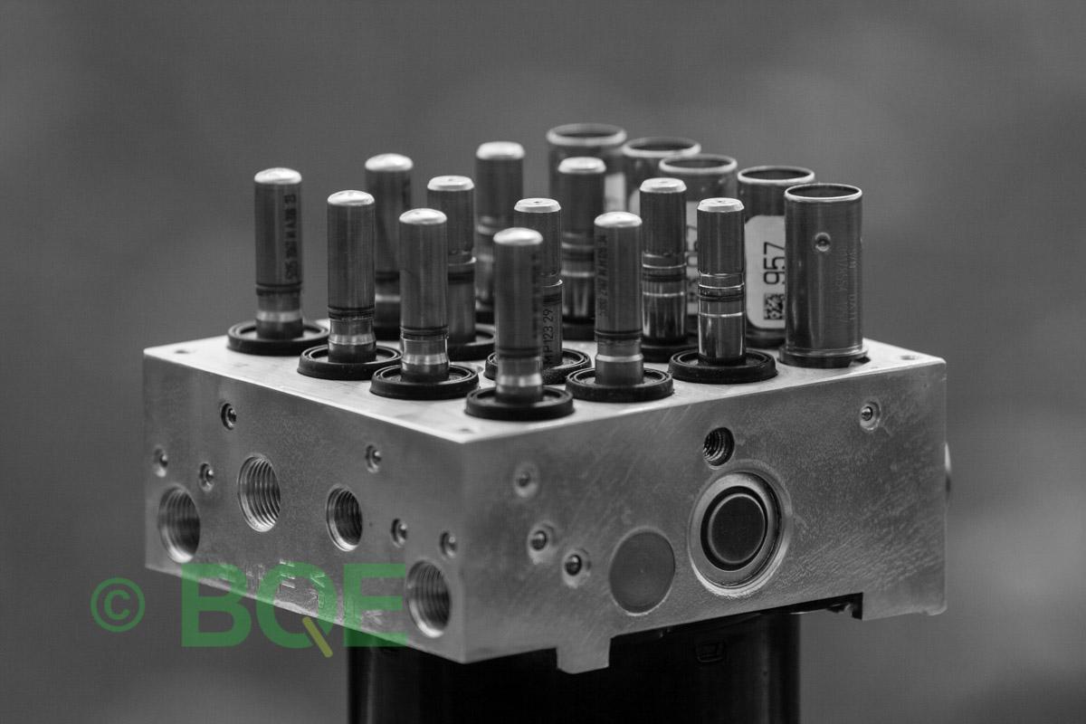 BMW DSC, ABS Ate Mk61, Artnr: 10.0961-0829.3, 10.0614-3758.3, 3452 6769164-02, 10.0212-0104.4, 3451 6769162-03, 10096108293, 10061437583, 3452676916402, 10021201044, 3451676916203 , Felkoder: 5DF0 - Felaktig pumpmotor, 5DF1 - Kontaktfel pumpmotor, Fel på tryckgivare, HCU med pumpmotor, Vy: snett ovanfrån mot bromsrörssida/magnetventiler/sensorer.