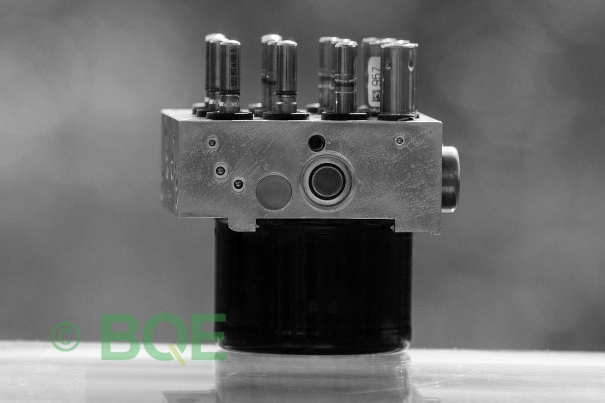 BMW DSC, ABS Ate Mk61, Artnr: 10.0961-0829.3, 10.0614-3758.3, 3452 6769164-02, 10.0212-0104.4, 3451 6769162-03, 10096108293, 10061437583, 3452676916402, 10021201044, 3451676916203 , Felkoder: 5DF0 - Felaktig pumpmotor, 5DF1 - Kontaktfel pumpmotor, Fel på tryckgivare, HCU med pumpmotor, Vy: ena sidan med fäste.