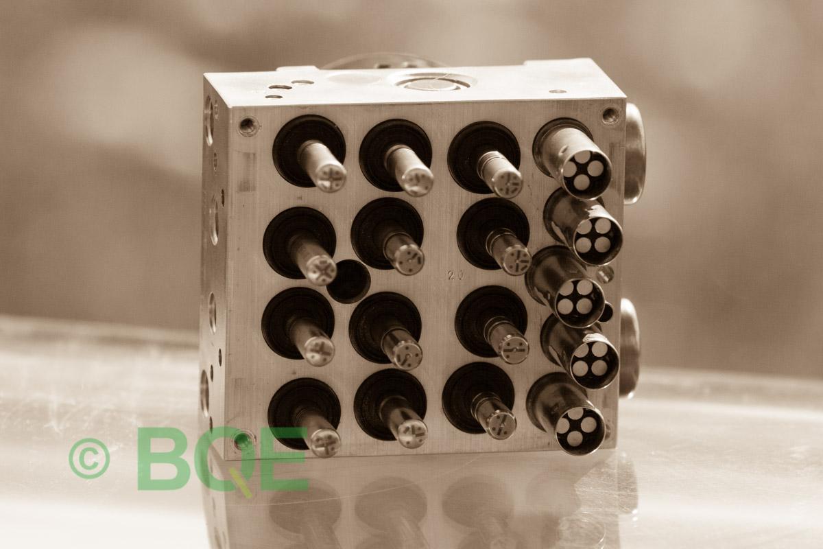 BMW DSC, ABS Ate Mk61, Artnr: 10.0961-0821.3, 10.0613-3175.3, 3452 6771491-01, 10.0206-1052.4, 3451-6771490-01, 10096108213, 10061331753, 3452677149101, 10020610524, 3451677149001, Felkoder: 5DF0 - Felaktig pumpmotor, 5DF1 - Kontaktfel pumpmotor, Fel på tryckgivare, HCU med pumpmotor, Vy: mot magnetventiler/sensorer.
