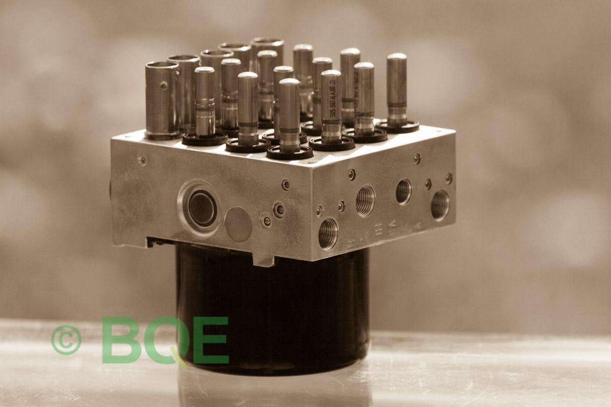 BMW DSC, ABS Ate Mk61, Artnr: 10.0961-0821.3, 10.0613-3175.3, 3452 6771491-01, 10.0206-1052.4, 3451-6771490-01, 10096108213, 10061331753, 3452677149101, 10020610524, 3451677149001, Felkoder: 5DF0 - Felaktig pumpmotor, 5DF1 - Kontaktfel pumpmotor, Fel på tryckgivare, HCU med pumpmotor, Vy: snett mot bromsrörssida/magnetventiler/sensorer.