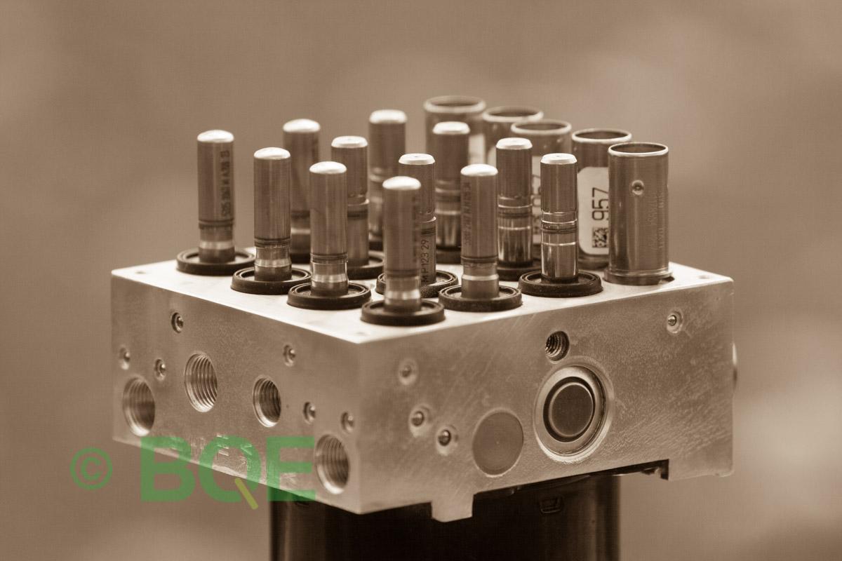 BMW DSC, ABS Ate Mk61, Artnr: 10.0961-0821.3, 10.0613-3175.3, 3452 6771491-01, 10.0206-1052.4, 3451-6771490-01, 10096108213, 10061331753, 3452677149101, 10020610524, 3451677149001, Felkoder: 5DF0 - Felaktig pumpmotor, 5DF1 - Kontaktfel pumpmotor, Fel på tryckgivare, HCU med pumpmotor, Vy: snett ovanfrån mot bromsrörssida/magnetventiler/sensorer.