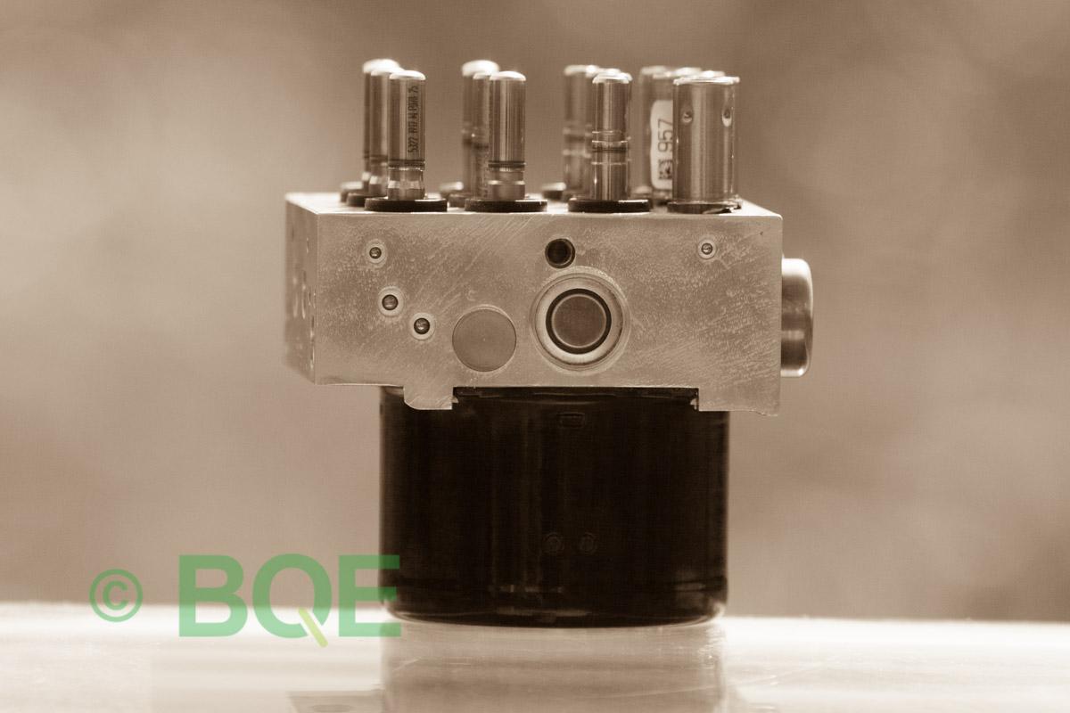 BMW DSC, ABS Ate Mk61, Artnr: 10.0961-0821.3, 10.0613-3175.3, 3452 6771491-01, 10.0206-1052.4, 3451-6771490-01, 10096108213, 10061331753, 3452677149101, 10020610524, 3451677149001, Felkoder: 5DF0 - Felaktig pumpmotor, 5DF1 - Kontaktfel pumpmotor, Fel på tryckgivare, HCU med pumpmotor, Vy: ena sidan med fäste.