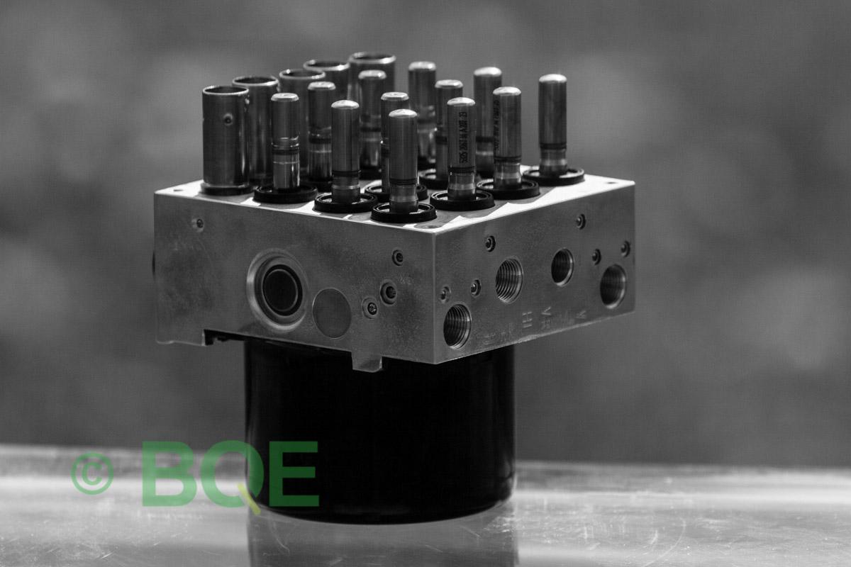 BMW DSC, ABS Ate Mk61, Artnr: 10096108243, 10061333473, 3452677182601, 10021200474, 3451677182501, 10.0961-0824.3, 10.0613-3347.3, 3452 6771826-01, 10.0212-0047.4, 3451-6771825-01, Felkoder: 5DF0 - Felaktig pumpmotor, 5DF1 - Kontaktfel pumpmotor, Fel på tryckgivare, HCU med pumpmotor, Vy: snett mot bromsrörssida/magnetventiler/sensorer.
