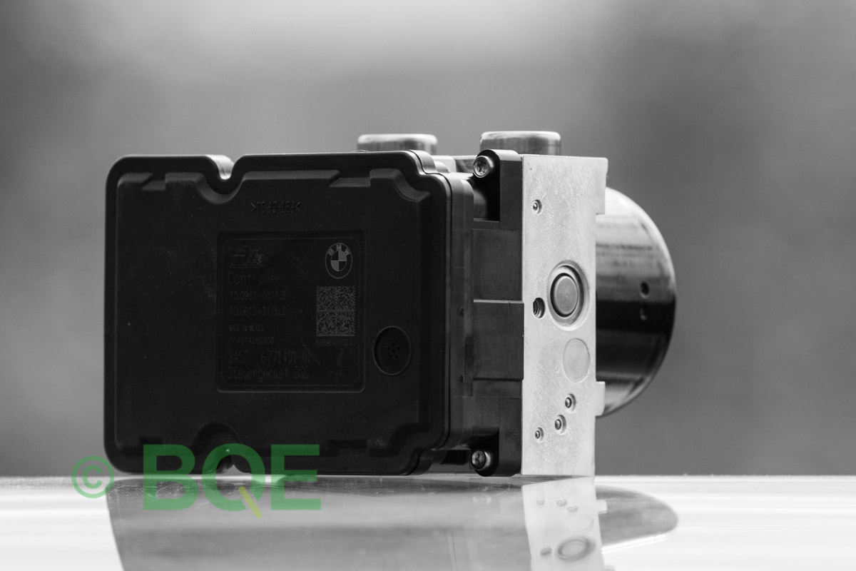 BMW DSC, ABS Ate Mk61, Artnr: 10096108243, 10061333473, 3452677182601, 10021200474, 3451677182501, 10.0961-0824.3, 10.0613-3347.3, 3452 6771826-01, 10.0212-0047.4, 3451-6771825-01, Felkoder: 5DF0 - Felaktig pumpmotor, 5DF1 - Kontaktfel pumpmotor, Fel på tryckgivare, Hela ABS-aggregatet, Vy: snett mot ECU.