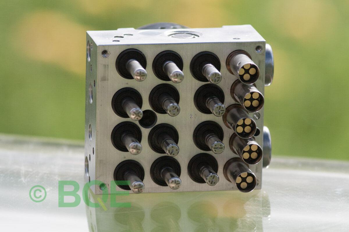 BMW DSC, ABS Ate Mk61, Artnr: 10.0961-0852.3, 10.0613-3493.1, 3452 6776069-01, 10.0399-3532.4, 3451-6776068-01, 10096108523, 10061334931, 3452677606901, 10039935324, 3451677606801, Felkoder: 5DF0 - Felaktig pumpmotor, 5DF1 - Kontaktfel pumpmotor, Fel på tryckgivare, HCU med pumpmotor, Vy: mot magnetventiler/sensorer.