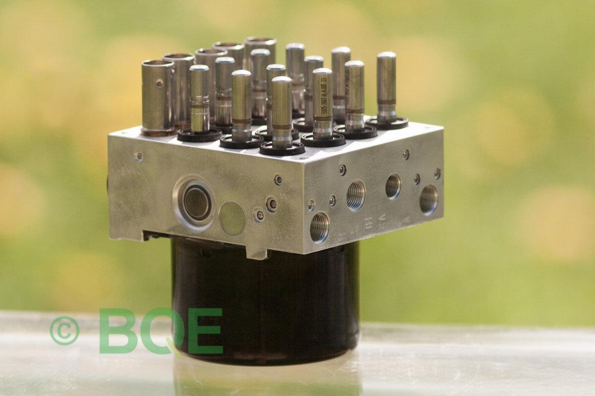BMW DSC, ABS Ate Mk61, Artnr: 10.0961-0852.3, 10.0613-3493.1, 3452 6776069-01, 10.0399-3532.4, 3451-6776068-01, 10096108523, 10061334931, 3452677606901, 10039935324, 3451677606801, Felkoder: 5DF0 - Felaktig pumpmotor, 5DF1 - Kontaktfel pumpmotor, Fel på tryckgivare, HCU med pumpmotor, Vy: snett mot bromsrörssida/magnetventiler/sensorer.