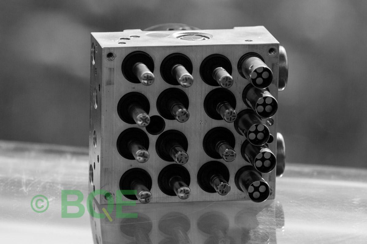 BMW DSC, ABS Ate Mk61, Artnr: 10.0961-0848.3, 10.0613-3461.1, 3452 6777150-01, 10.0212-0100.4, 3451-6777149-01, 10096108483, 10061334611, 3452677715001, 10021201004, 3451677714901 , Felkoder: 5DF0 - Felaktig pumpmotor, 5DF1 - Kontaktfel pumpmotor, Fel på tryckgivare, HCU med pumpmotor, Vy: mot magnetventiler/sensorer.