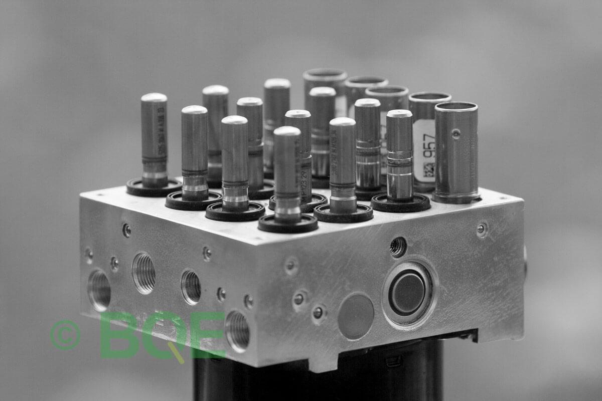 BMW DSC, ABS Ate Mk61, Artnr: 10.0961-0839.3, 10.0613-3415.1, 3452 6778239-01, 10.0212-0082.4, 3451-6778238-01, 10096108393, 10061334151, 3452677823901, 10021200824, 3451677823801, Felkoder: 5DF0 - Felaktig pumpmotor, 5DF1 - Kontaktfel pumpmotor, Fel på tryckgivare, HCU med pumpmotor, Vy: snett ovanfrån mot bromsrörssida/magnetventiler/sensorer.