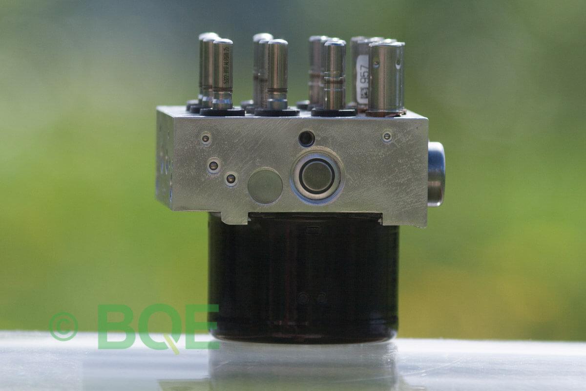 BMW DSC, ABS Ate Mk61, Artnr: 10.0961-0875.3, 10.0619-3406.1, 3452 6789304-01, 10.0212-0528.4, 3451-6789303-02, Felkoder: 5DF0 - Felaktig pumpmotor, 5DF1 - Kontaktfel pumpmotor, Fel på tryckgivare, HCU med pumpmotor, Vy: ena sidan med fäste.