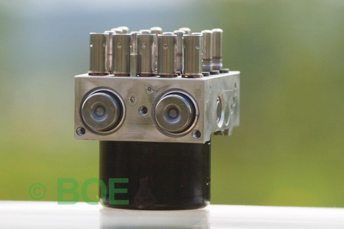 BMW DSC, ABS Ate Mk61, Artnr: 10.0961-0875.3, 10.0619-3406.1, 3452 6789304-01, 10.0212-0528.4, 3451-6789303-02, Felkoder: 5DF0 - Felaktig pumpmotor, 5DF1 - Kontaktfel pumpmotor, Fel på tryckgivare, HCU med pumpmotor, Vy: snett mot pumpmekanismer/fäste.