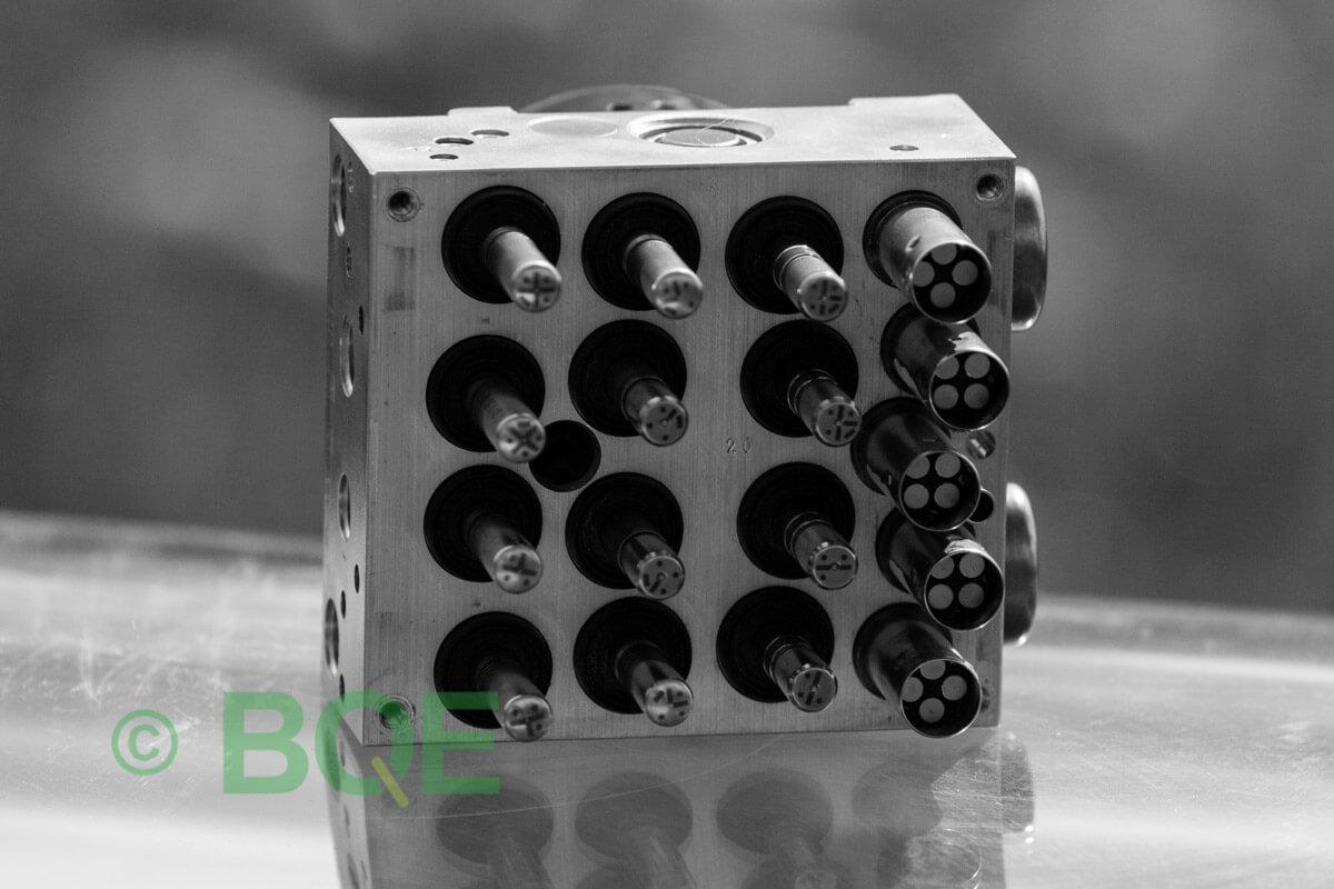 BMW DSC, ABS Ate Mk61, Artnr: 10.0961-0861.3, 10.0613-3672.1, 3452 6784766-01, 10.0212-0179.4, 3451-6784765-01, 10096108613, 10061336721, 3452678476601, 10021201794, 3451678476501 , Felkoder: 5DF0 - Felaktig pumpmotor, 5DF1 - Kontaktfel pumpmotor, Fel på tryckgivare, HCU med pumpmotor, Vy: mot magnetventiler/sensorer.