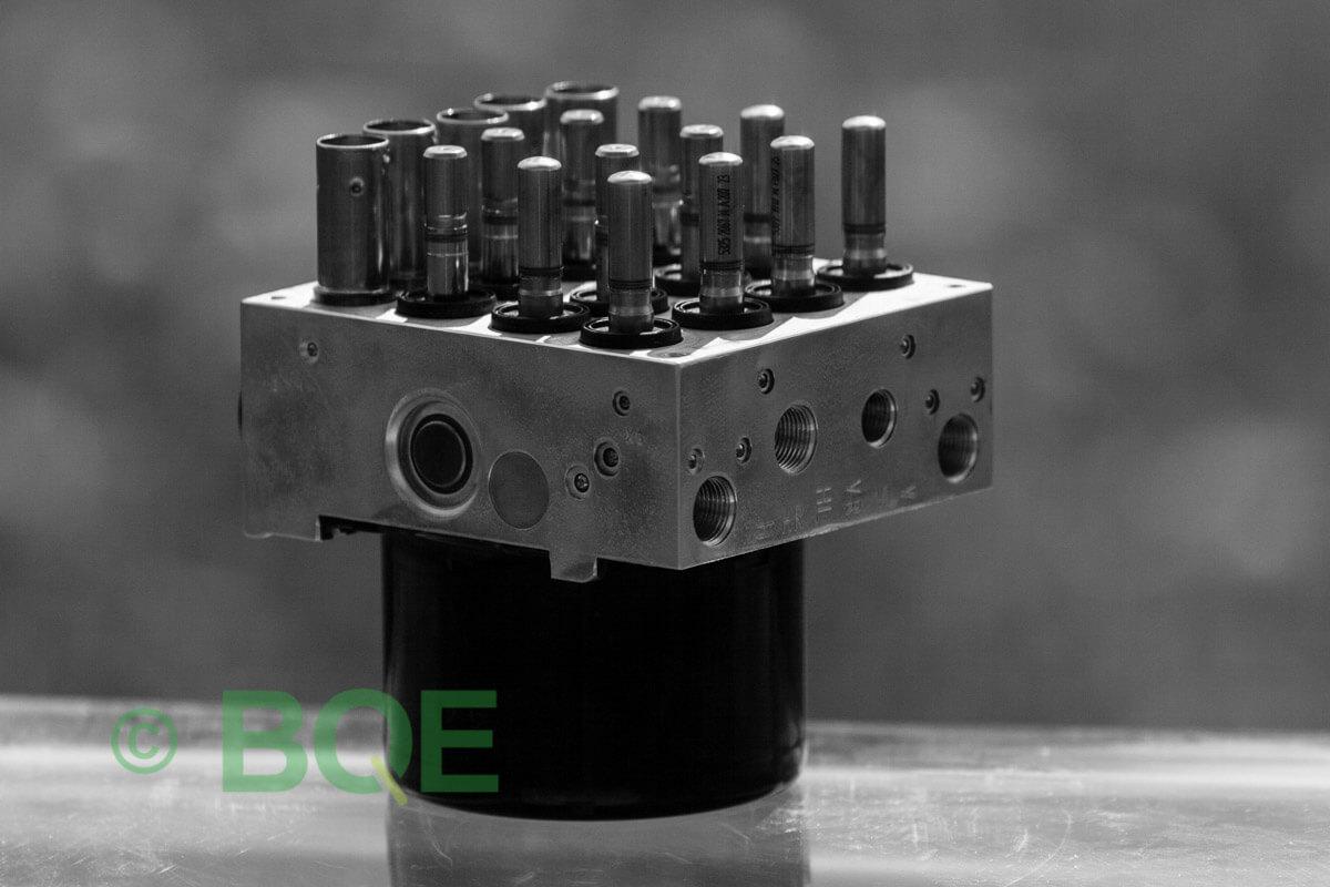 BMW DSC, ABS Ate Mk61, Artnr: 10.0961-0861.3, 10.0613-3672.1, 3452 6784766-01, 10.0212-0179.4, 3451-6784765-01, 10096108613, 10061336721, 3452678476601, 10021201794, 3451678476501 , Felkoder: 5DF0 - Felaktig pumpmotor, 5DF1 - Kontaktfel pumpmotor, Fel på tryckgivare, HCU med pumpmotor, Vy: snett mot bromsrörssida/magnetventiler/sensorer.
