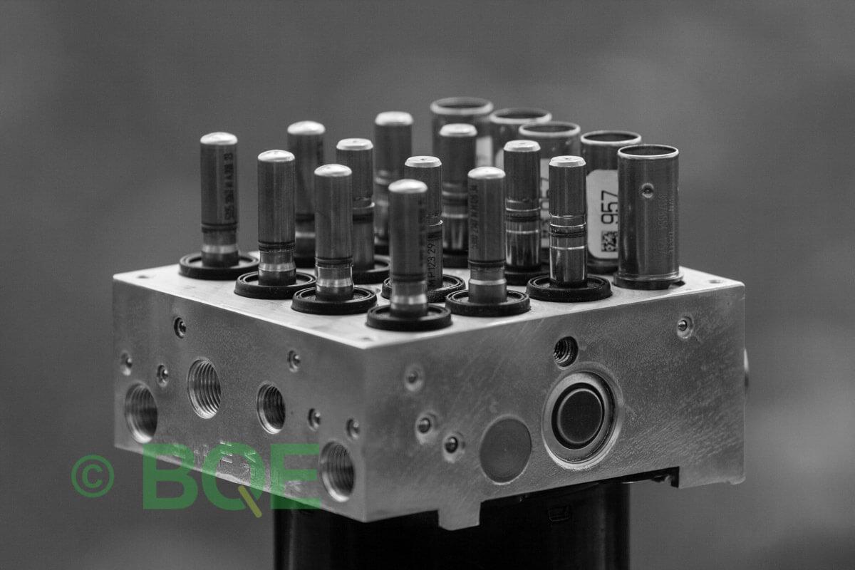 BMW DSC, ABS Ate Mk61, Artnr: 10.0961-0861.3, 10.0613-3672.1, 3452 6784766-01, 10.0212-0179.4, 3451-6784765-01, 10096108613, 10061336721, 3452678476601, 10021201794, 3451678476501 , Felkoder: 5DF0 - Felaktig pumpmotor, 5DF1 - Kontaktfel pumpmotor, Fel på tryckgivare, HCU med pumpmotor, Vy: snett ovanfrån mot bromsrörssida/magnetventiler/sensorer.