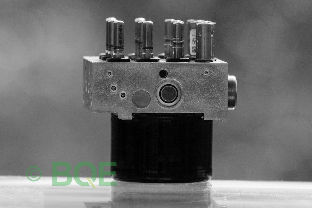 BMW DSC, ABS Ate Mk61, Artnr: 10.0961-0848.3, 10.0613-3461.1, 3452 6777150-01, 10.0212-0100.4, 3451-6777149-01, 10096108483, 10061334611, 3452677715001, 10021201004, 3451677714901 , Felkoder: 5DF0 - Felaktig pumpmotor, 5DF1 - Kontaktfel pumpmotor, Fel på tryckgivare, HCU med pumpmotor, Vy: ena sidan med fäste.